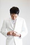 mężczyzna azjatykci kostium Bierze fotografię w studiu Zdjęcie Royalty Free