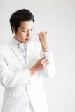 mężczyzna azjatykci kostium Bierze fotografię w studiu Zdjęcie Stock