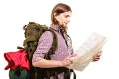 Mężczyzna backpacker czytania turystyczna mapa plażowi Formentera wyspy kobiety potomstwa Fotografia Stock