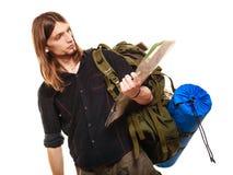 Mężczyzna backpacker czytania turystyczna mapa plażowi Formentera wyspy kobiety potomstwa Zdjęcia Royalty Free