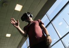 Mężczyzna bada VR przyrząda Zdjęcia Royalty Free