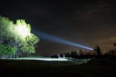 Mężczyzna bada z latarką w lesie obrazy royalty free