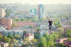 Mężczyzna balansuje nad miastem zdjęcia royalty free