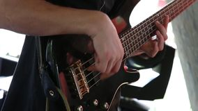 Mężczyzna basowy gitarzysta bawić się elektryczną gitarę zbiory