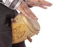 Mężczyzna bawić się Afrykańskiego bęben między nogami Obraz Stock