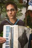 Mężczyzna Bawić się akordeon Outdoors fotografia royalty free
