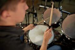 Mężczyzna bawić się bębeny przy koncertowym lub muzycznym studiiem Fotografia Stock