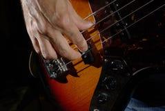 Mężczyzna bawić się basową gitarę Fotografia Stock