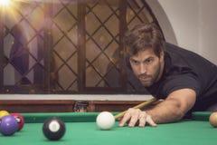 Mężczyzna bawić się billiards w basenu stole Obraz Royalty Free