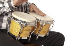 Mężczyzna bawić się bongo na jego podołku Zdjęcia Stock