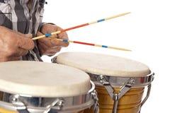 Mężczyzna bawić się bongo z kijami Zdjęcie Royalty Free