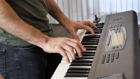 Mężczyzna bawić się elektrycznego pianino lub elektroniczną klawiaturę Fotografia Stock