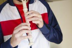 Mężczyzna Bawić się flet w domu fotografia royalty free