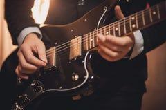 Mężczyzna bawić się gitarę żadny twarz fotografia royalty free