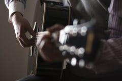 Mężczyzna bawić się gitarę Obraz Royalty Free