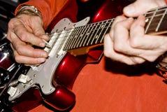 Mężczyzna bawić się gitarę Zdjęcia Royalty Free