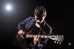 Mężczyzna bawić się gitarę Fotografia Stock