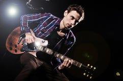 Mężczyzna bawić się gitarę Zdjęcia Stock