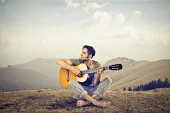 Mężczyzna bawić się gitarę Fotografia Royalty Free