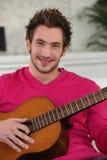 Mężczyzna bawić się gitarę Obrazy Royalty Free