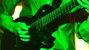 Mężczyzna bawić się gitarę zdjęcie wideo