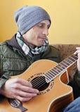 Mężczyzna bawić się gitarę akustyczną fotografia royalty free