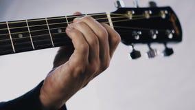 Mężczyzna bawić się gitarę akustyczną na białym tle zbiory