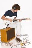 Mężczyzna bawić się gitarę elektryczną Obrazy Stock