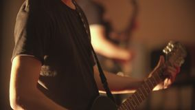 Mężczyzna bawić się gitarę elektryczną przy koncertem zdjęcie wideo