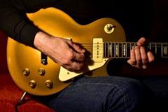 Mężczyzna bawić się gitarę elektryczną Zbliżenie, żadny twarz zdjęcie stock