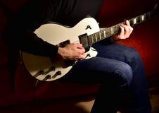 Mężczyzna bawić się gitarę elektryczną Zbliżenie, żadny twarz obraz stock