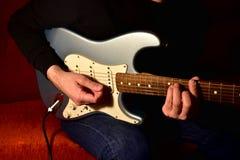 Mężczyzna bawić się gitarę elektryczną Zbliżenie, żadny twarz obraz royalty free