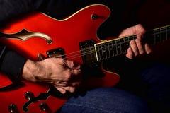 Mężczyzna bawić się gitarę elektryczną Zbliżenie, żadny twarz obrazy royalty free