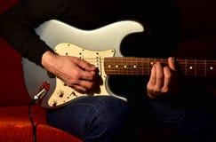 Mężczyzna bawić się gitarę elektryczną Zbliżenie, żadny twarz zdjęcia stock