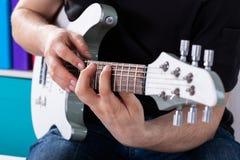 Mężczyzna bawić się gitarę jego ulubiona piosenka Obrazy Royalty Free