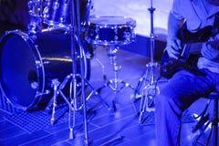 Mężczyzna bawić się gitarę na scenie Zdjęcia Stock