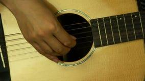 Mężczyzna bawić się gitarę, pobrząka zdjęcie wideo