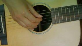 Mężczyzna bawić się gitarę, pobrząka zbiory