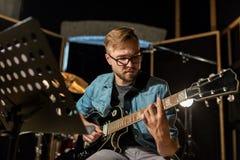 Mężczyzna bawić się gitarę przy pracownianą próbą Zdjęcie Stock