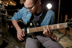 Mężczyzna bawić się gitarę przy pracownianą próbą Fotografia Stock