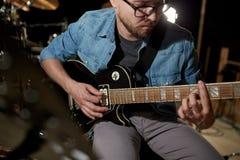 Mężczyzna bawić się gitarę przy pracownianą próbą Obrazy Stock