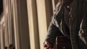 Mężczyzna Bawić się gitarę Przy ulicą zbiory