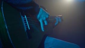 Mężczyzna bawić się gitary zakończenie zbiory