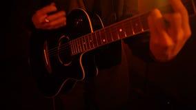 Mężczyzna bawić się gitary zakończenie zdjęcie wideo