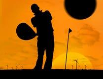Mężczyzna bawić się golfa pod zmierzchem Fotografia Royalty Free