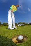 Mężczyzna bawić się golfa przeciw niebieskiemu niebu Fotografia Stock