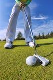 Mężczyzna bawić się golfa przeciw niebieskiemu niebu Fotografia Royalty Free
