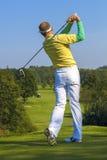 Mężczyzna bawić się golfa przeciw niebieskiemu niebu Obrazy Royalty Free