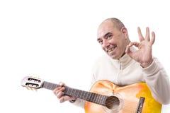 Mężczyzna bawić się klasyczną gitarę Fotografia Royalty Free