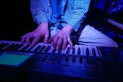 Mężczyzna Bawić się klawiaturę Fotografia Stock